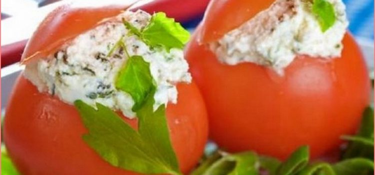 Червени домати пълнени с руска салата